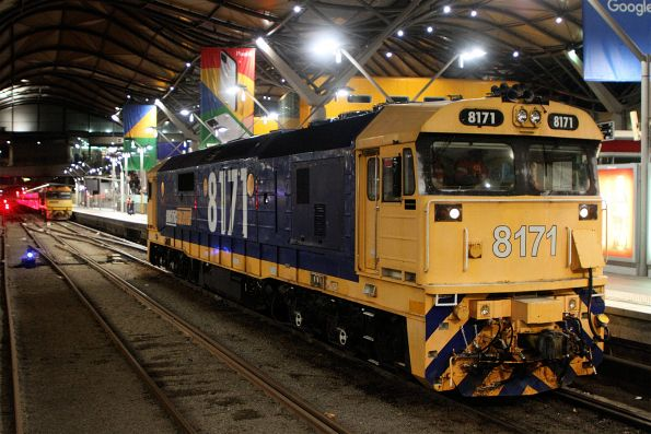8171 shunts off a failed NR12 at Southern Cross Station