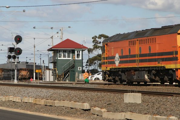 Green hand signal for ALF20 headed into the Geelong Grain Loop