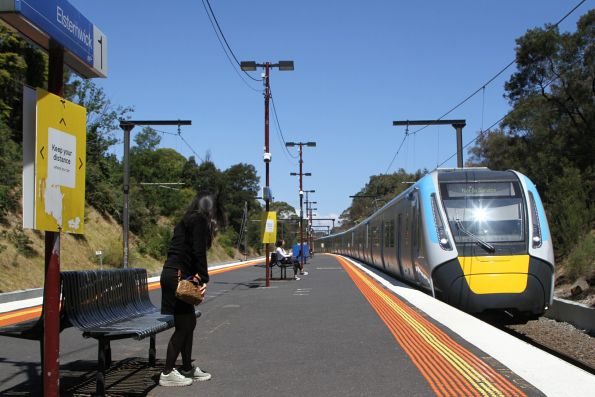 HCMT set 3 arrives into Elsternwick on the up