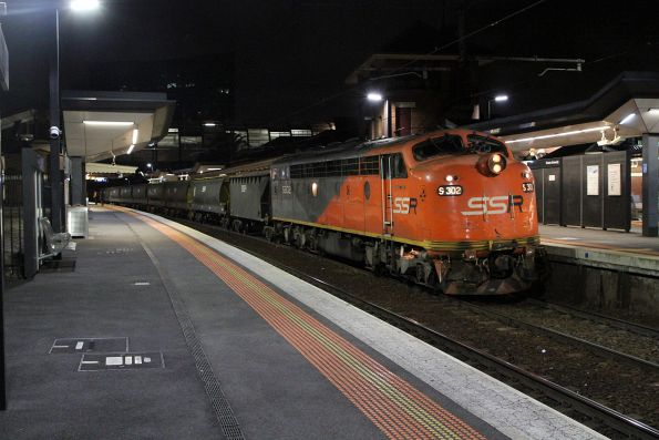 S302 arrives at Footscray leading the transfer