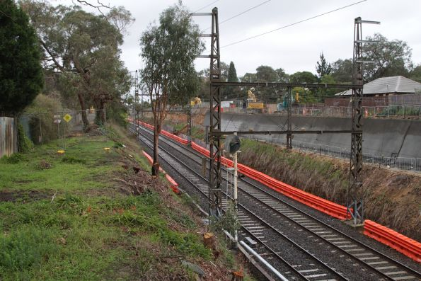 Building cutting walls at the western end of Heatherdale station