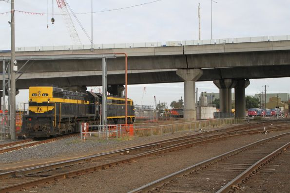 S303 and X31 are shunted off the transfer at South Dynon, back on hire to Qube