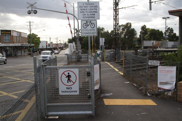 Magnetically latched emergency gate at the Main Road level crossing in St Albans