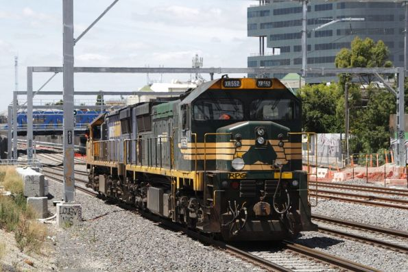 XR557 and XR552 head into town light engine at Middle Footscray