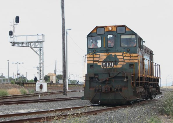 Y171 returns to North Geelong Yard from the Midway siding