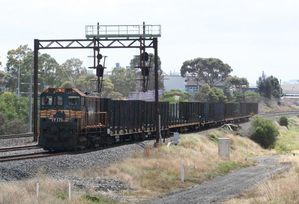 Y171 returning with empty log flats to North Geelong