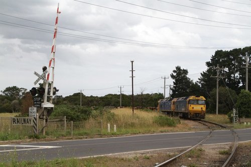 BL34 and BL39 wait at Long Island Junction for a signal onto the main line