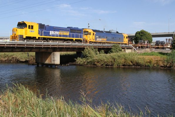 XR552 and G525 lead the down Long Island steel train out of South Dynon