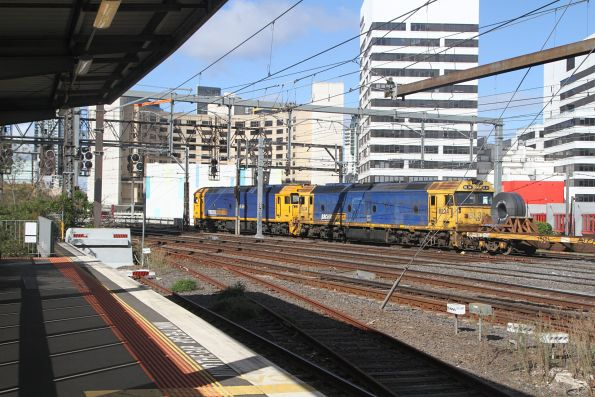 G541 and BL34 departs Southern Cross on the down steel train