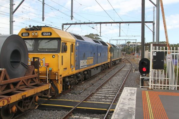 G528 leads G531 on the down Long Island steel train at Frankston