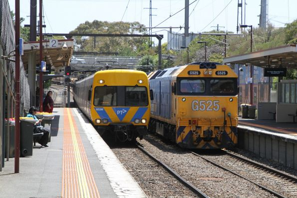 Down Frankston service passes G525 and G531 waiting with the steel train on the third track at Moorabbin