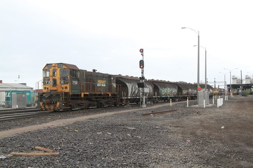 Y152 traverses 'W' track on the return from North Dynon with the empty NGGF wagons
