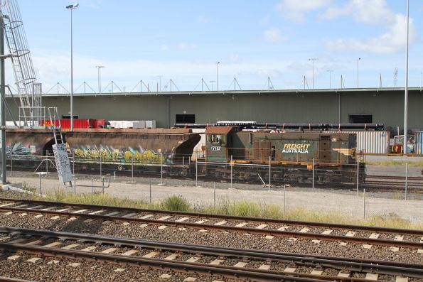 Y152 shunts eight NGGF sugar wagons at North Dynon
