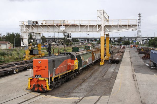 Y145 shunts six broad gauge AHGX grain hoppers into the Creek Siding: two more AHGXs are on the SG track to the right