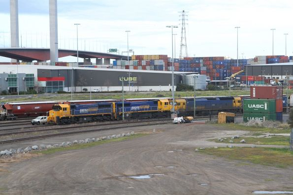 XR550, XR553 and G536 on a broad gauge container service at Appleton Dock