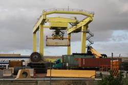 Unloading a 40 foot container with the rail mounted gantry crane