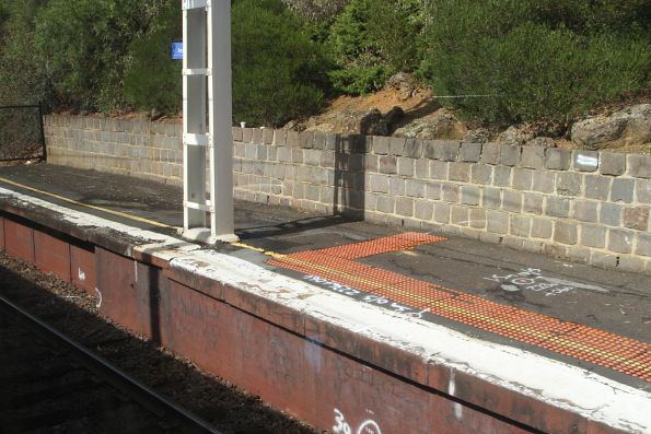 No tactile paving at the down end of Armadale station platform 1