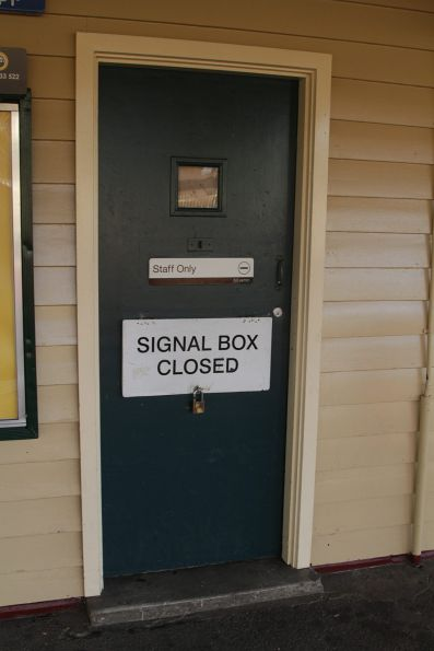 'Signal Box Closed' notice at Mordialloc station