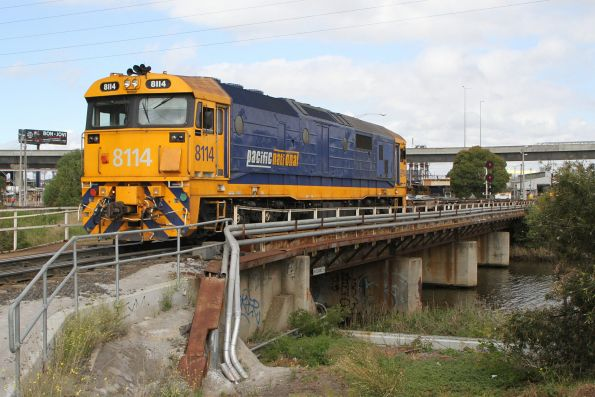 8114 shunting empty container wagons over Moonee Ponds Creek