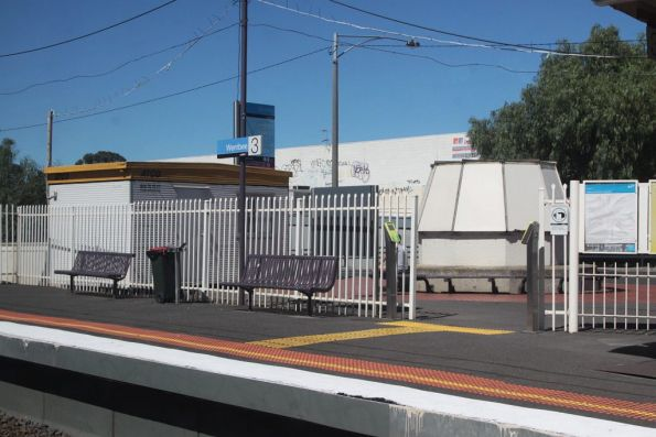 Temporary site hut at the entrance to Werribee platform 3