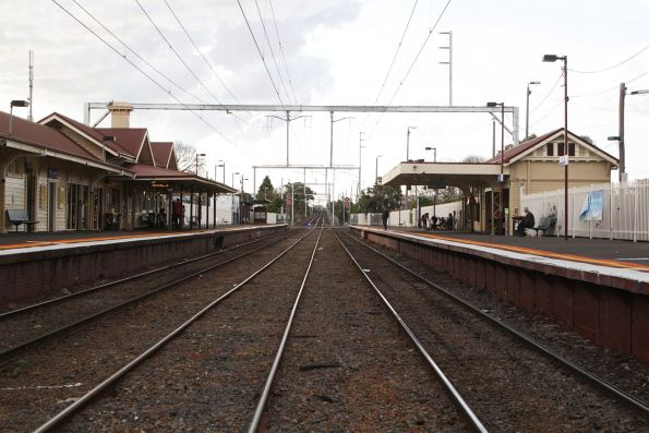 Looking up the line at Mordialloc station