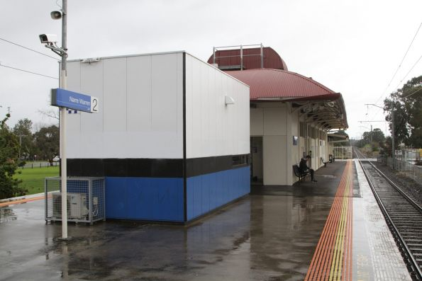 Station building and PSO pod on the island platform at Narre Warren