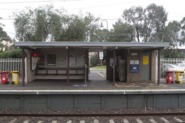 Station building at Mount Waverley platform 2