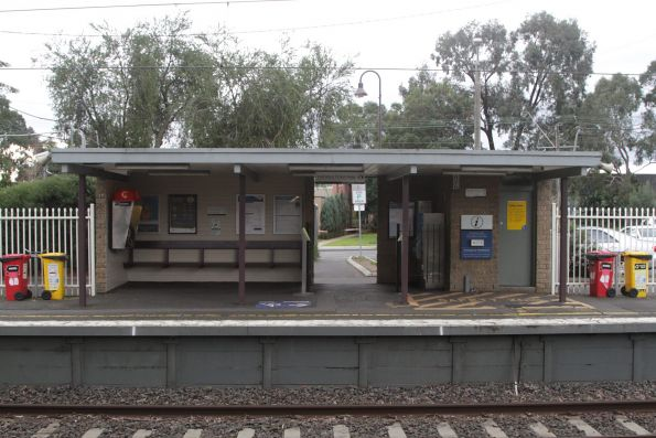 Station building at Mount Waverley platform 2