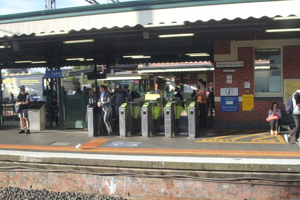 Passengers change platforms at Caulfield platform 2 and 3