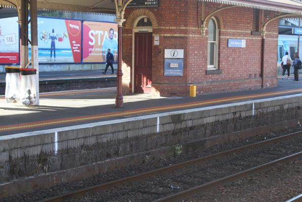 Painted markings every 5 metres along the platform at North Melbourne