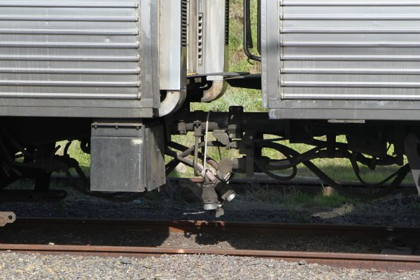 Disconnected jumper cables between Comeng carriages 333M and 1007T