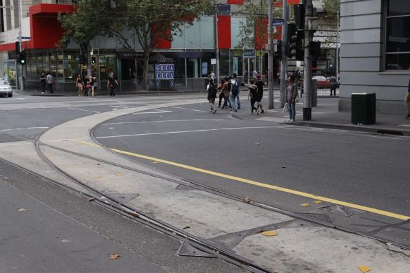 Single track south to west curve from La Trobe to Elizabeth Streets