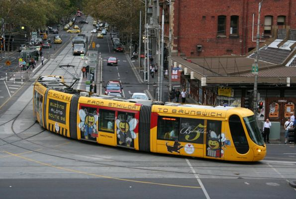 C2.5111 'Bumblebee 5' on route 96 turns from Bourke into Spencer Street