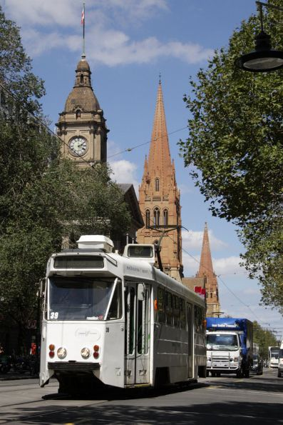 Z1.39 passes Melbourne Town Hall on Swanston Street