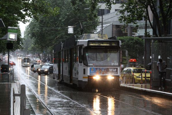 B2.2132 heads east on route 86 through the rain at the corner of Bourke and William Street