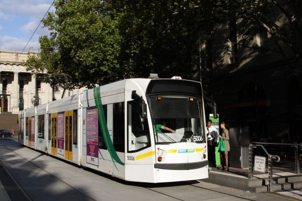 D2.5006 stops for passengers westbound at Bourke and Spring Street