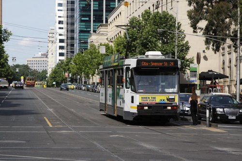 A2.287 heads west with a route 24 service on La Trobe Street at Swanston