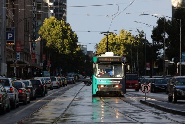 A2.290 heads west at Flinders and Swanston Streets