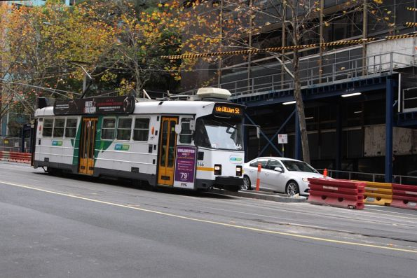 Z3.146 southbound on route 55 waits to turn into Flinders Lane from William Street