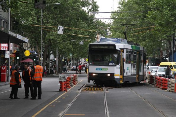 B2.2025 shunts over the temporary crossover at Elizabeth and La Trobe Streets