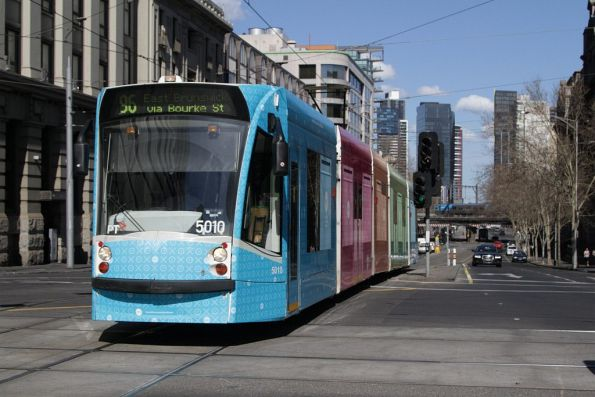 D2.5010 advertising 'Xero' heads north along route 96 at Bourke and Collins Street