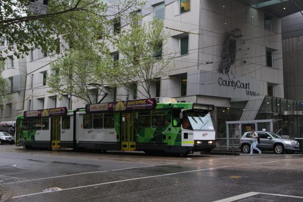 Now in fresh PTV livery, B2.2086 heads south on route 55 at William and Lonsdale Street