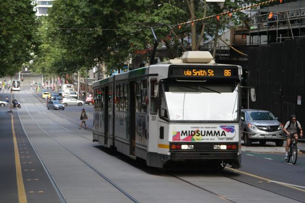 B1.2001 heads east with a route 86 service on Bourke Street at William Street
