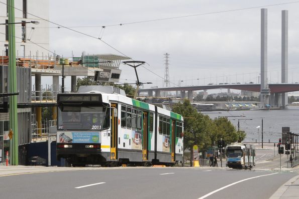 B2.2011 heads east with a route 86 service on La Trobe Street