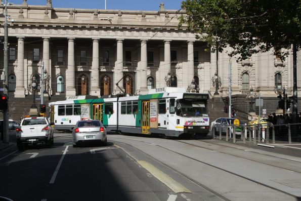 B2.2084 turns from Spring into Bourke Street with a route 86 service