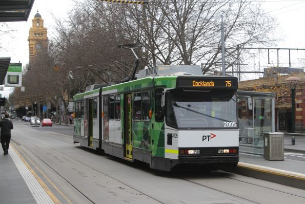 B2.2005 heads west on route 75 at Flinders and Market Street