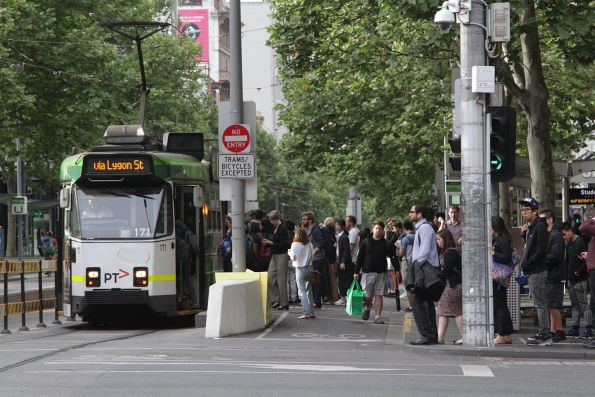 Z3.171 heads north at Swanston and La Trobe Street