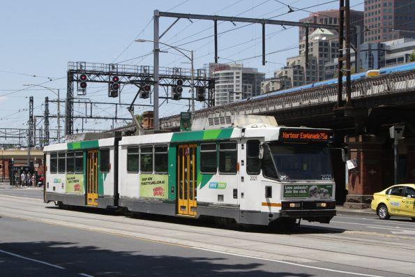 B2.2021 heads west on route 75 at Flinders and Market Street