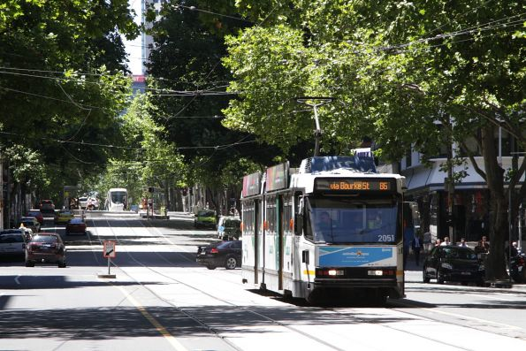 B2.2051 heads west at Bourke and King Street with a route 86 service