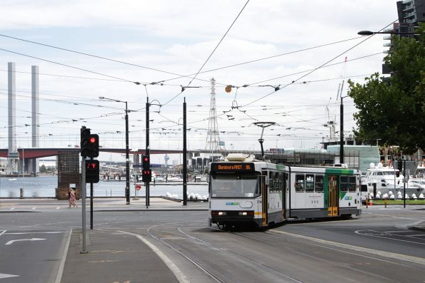 B1.2001 on route 86 turns from Harbour Esplanade into La Trobe Street